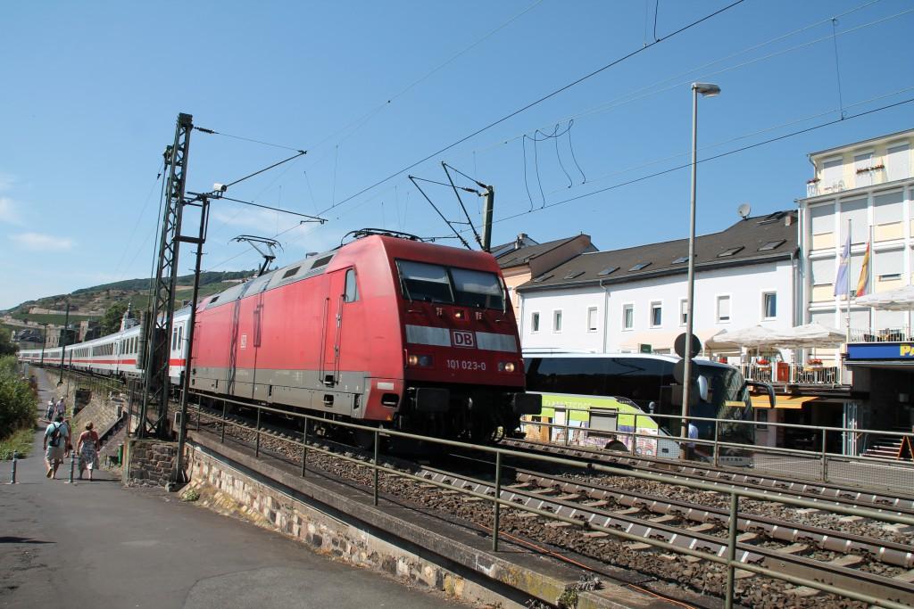 101 023 durchquert am 20.08.2015 mit ihrem IC die Weinstadt Rüdesheim.