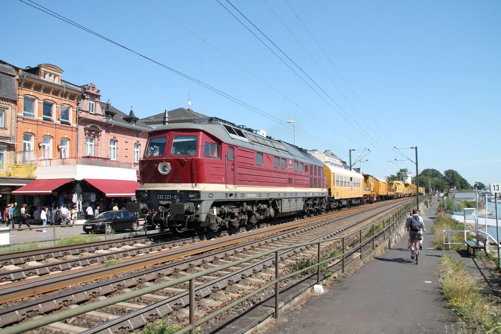 Um eine Baustelle auf der rechten Rheinstrecke zu bedienen, brachte 232 233 am 30.08.2015 einen Bauzug durch Rüdesheim.