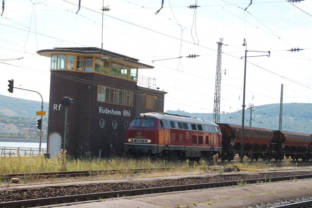 Vor dem Rüdesheimer Stellwerk rangiert am 30.08.2015 215 025 der EfW mit ihrem Schotterzug.