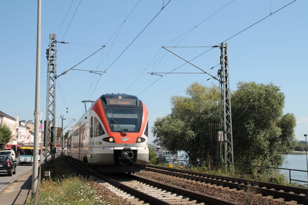 Einer der leisesten Züge die die Stadt Rüdesheim durchqueren sind die FLIRT der VIAS, hier auf dem Weg in Richtung Neuwied, aufgenommen am 30.08.2015.