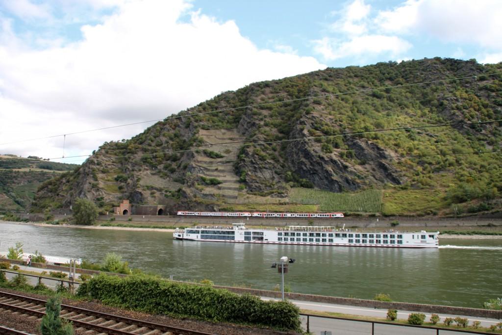Ein Blick über den Rhein, von Oberwesel aus kann man einen FLIRT der VIAS auf der rechten Rheinstrecke beobachten. Am 15.08.2015 gesellt sich hier noch ein Schiff dazu.