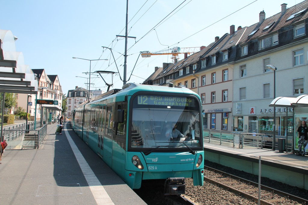 U-Bahn 629 der VGF fährt am 29.08.2015 als U2 nach Bad Homburg in die Station  Weißer Stein ein.