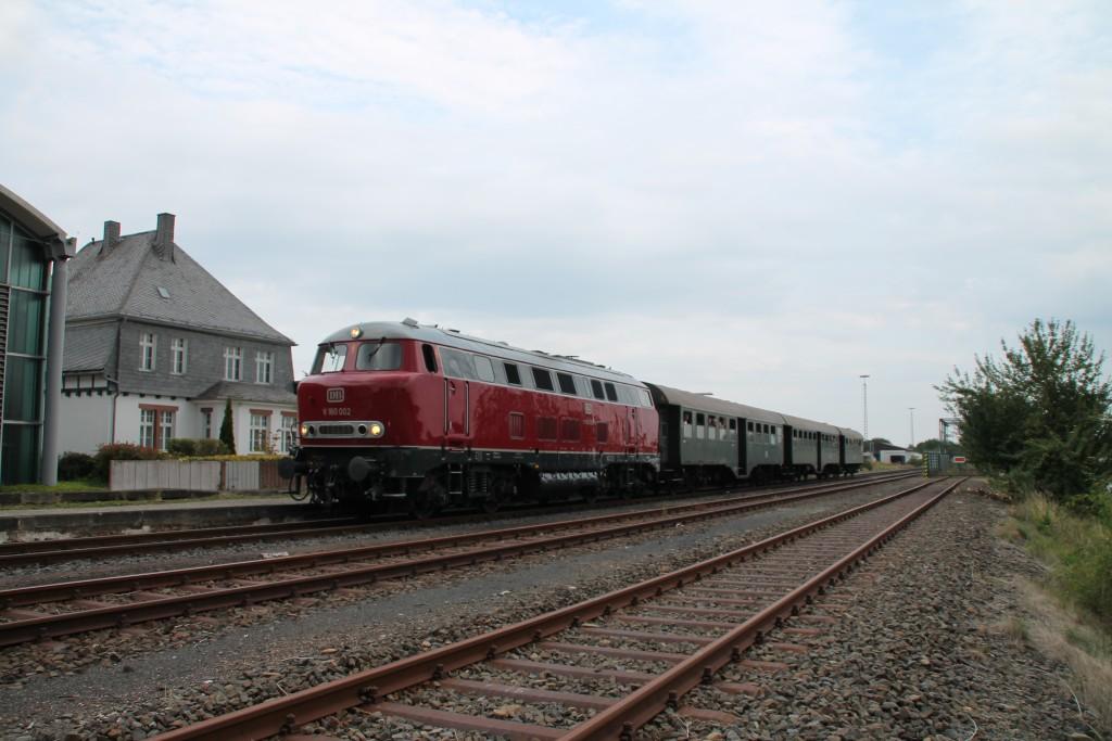 Am 12.09.2015 hält V160 002 mit ihrem Sonderzug im Bahnhof Allendorf (Eder).