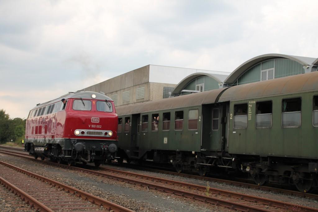 V160 002 setzt im Bahnhof Allendorf (Eder) auf die andere Seite ihres Zuges um, aufgenommen am 12.09.2015.
