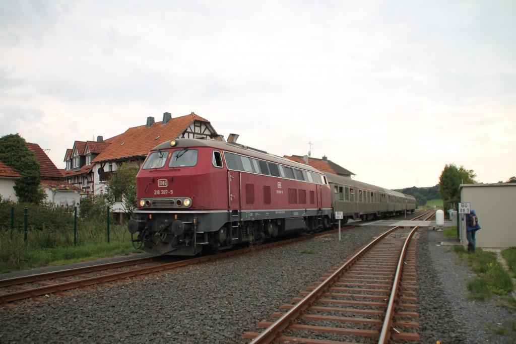 218 387 erreicht mit ihrem Sonderzug aus Silberlingen gerade den Bahnhof Münchhausen, aufgenommen am 12.09.2015.