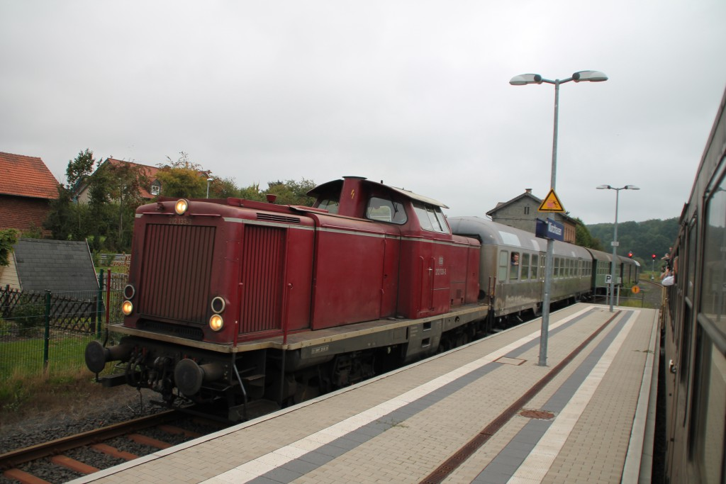 212 133 fährt mit ihrem Sonderzug am 12.09.2015 in den Bahnhof Münchhausen ein.