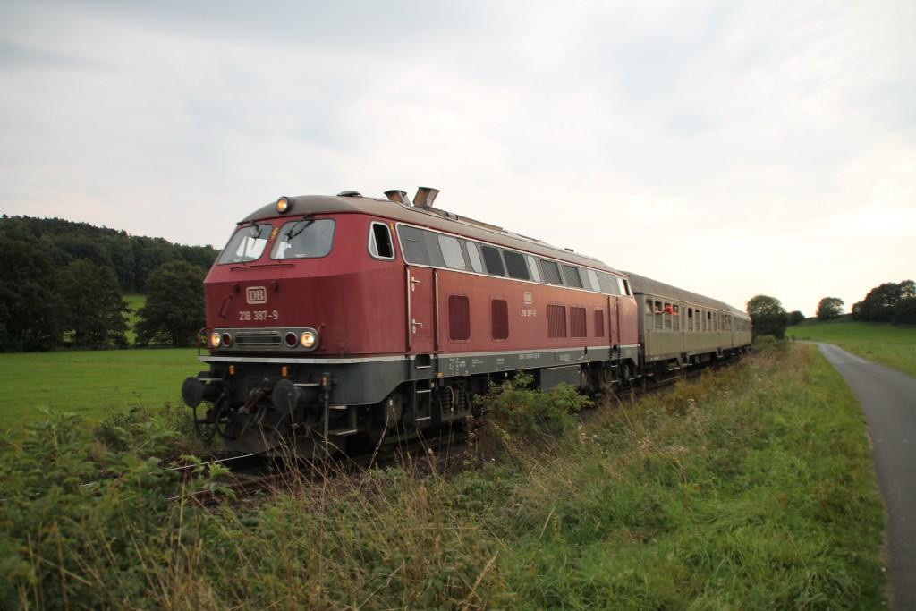 218 387 ist mit ihrem Sonderzug aus Silberlingen macht sich nach ihrem Halt in Münchhausen weiter auf den Weg in Richtung Korbach.