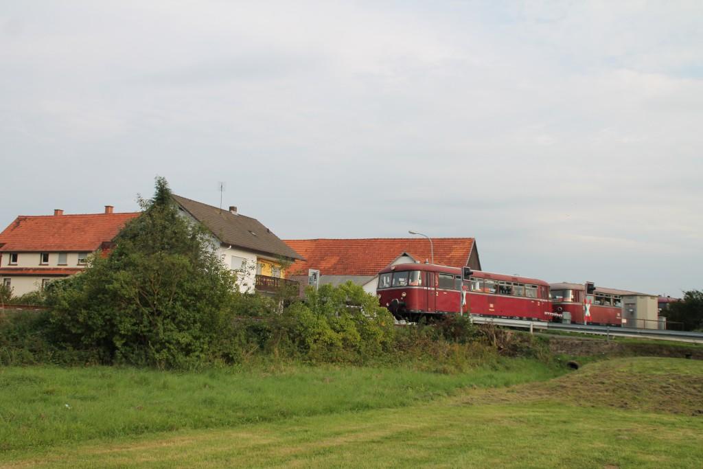 Eine Schienenbusgarnitur der OEF überquert soeben den Bahnübergang in Münchhausen, aufgenommen am 12.09.2015.