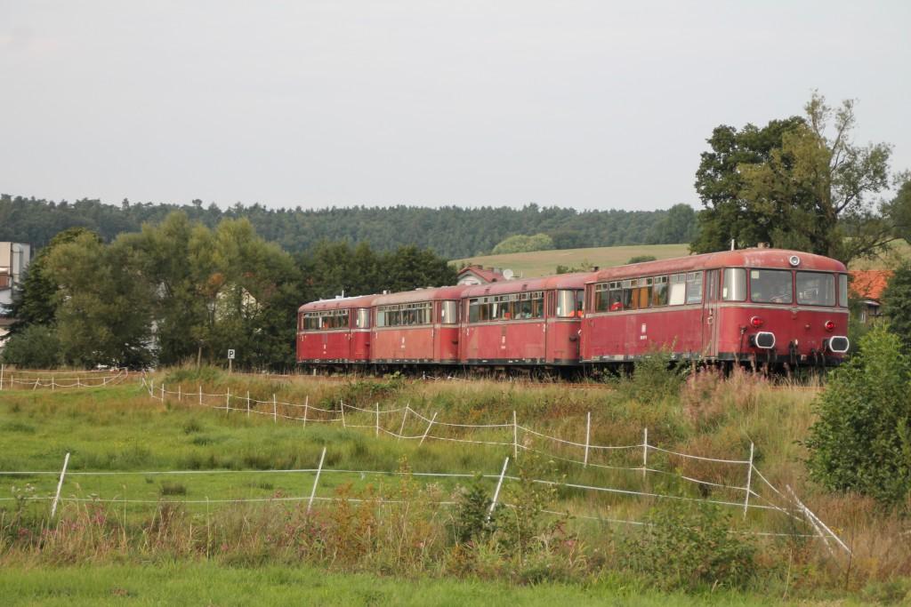 Zwischen Feldern und Weiden knattern am 12.09.2015 bei Niederwetter die Schienenbusse der OEF.
