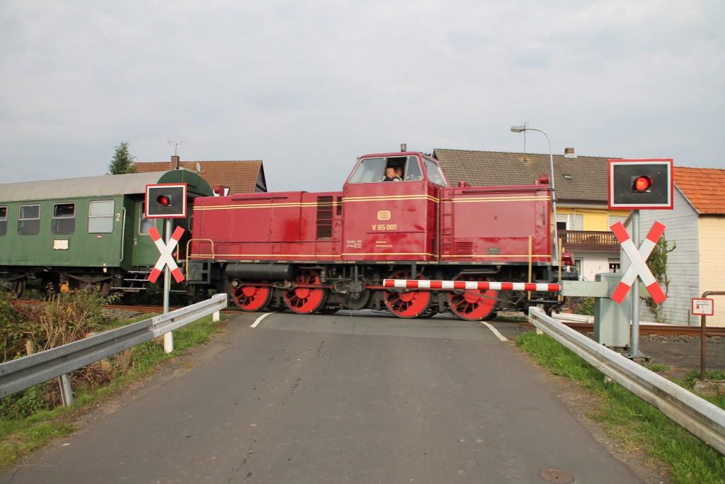 V65 001 überquert soeben den Bahnübergang in Niederwetter, aufgenommen am 12.09.2015.