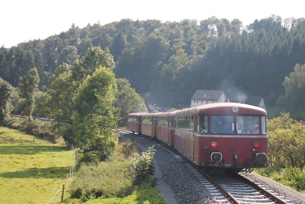 Mit etwas Dieselrauch macht sich die Schienenbusgarnitur der OEF vom Haltepunkt Thalitter auf den Weg nach Frankenberg, aufgenommen am 12.09.2015.