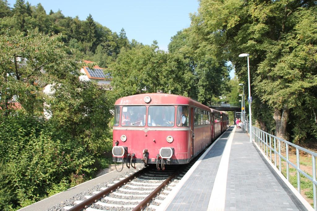 Am Haltepunkt Thalitter hält am 12.09.2015 eine Schienenbusgarnitur der OEF.