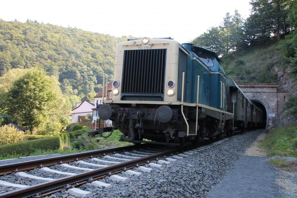Soeben verlässt 212 376 mit ihrem Zug den kleinen Ittertunnel auf der Burgwaldbahn, aufgenommen am 12.09.2015.