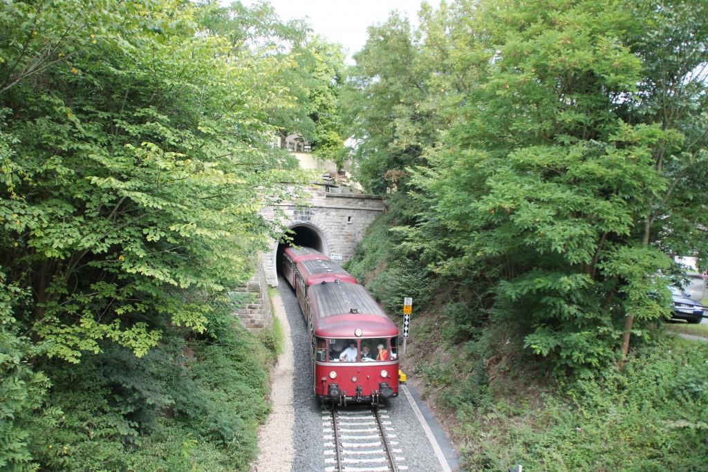 Vier Schienenbusse der Eisenbahnfreunde aus Menden kommen aus dem kleinen Ittertunnel auf der Burgwaldbahn, aufgenommen am 12.09.2015.