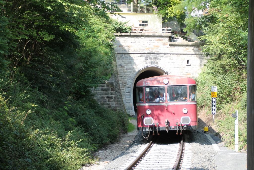 Eine Schienenbusgarnitur der OEF verlässt den kleinen Ittertunnel auf der Burgwaldbahn am 12.09.2015.