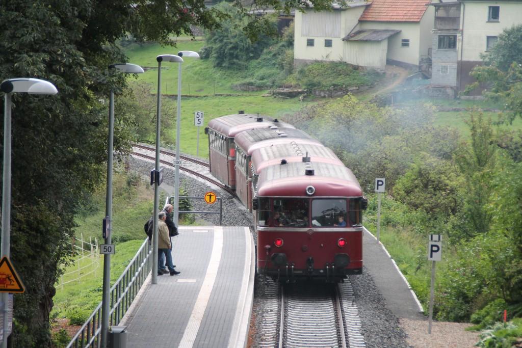 Vier Schienenbusse der Eisenbahnfreunde aus Menden verlassen den Haltepunkt Thalitter auf der Burgwaldbahn, aufgenommen am 12.09.2015.