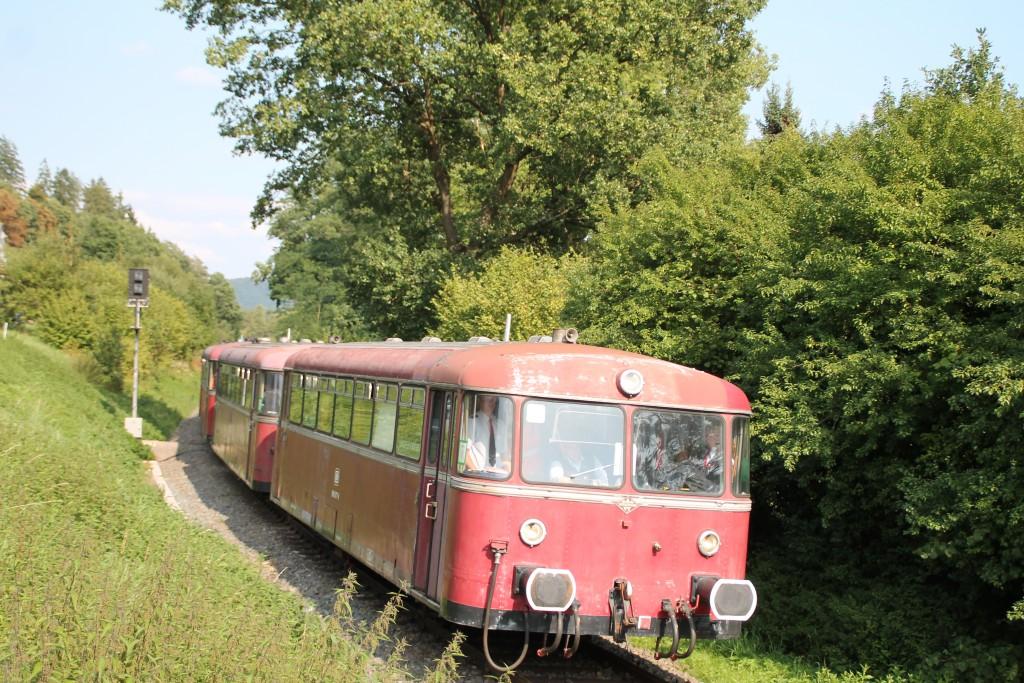 Die vierteilige Schienenbusgarnitur der OEF hat soeben das Einfahrsignal von Viermünden hinter sich gelassen, aufgenommen am 12.09.2015.