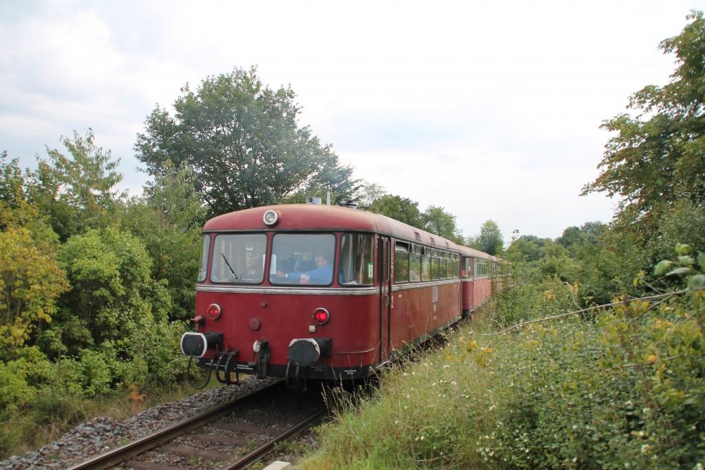 Mit viel Geknatter verlässt die vierteilige Schienenbusgarnitur der OEF den Haltepunkt Wiesenfeld, aufgenommen am 12.09.2015.