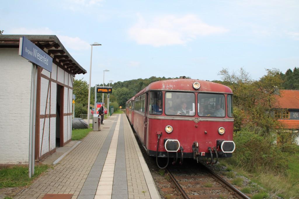 Neben dem Wartehäuschen in Fachwerkbauweise am Haltepunkt Wiesenfeld hält am 12.09.2015 die vierteilige Schienenbusgarnitur der OEF.