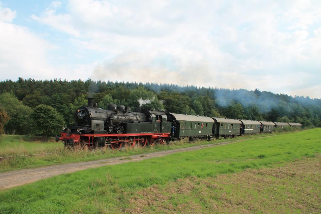 Durch die Wiesen bei Wiesenfeld dampft am 12.09.2015 78 468 mit ihrem Sonderzug.