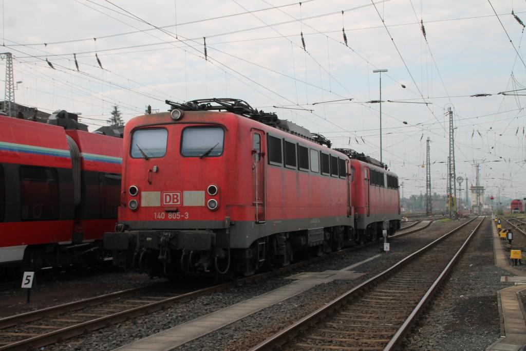 140 805 steht abgestellt mit einer Schwesterlok am 12.09.2015 im Bahnhof Gießen.