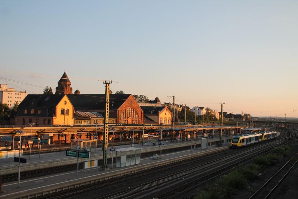Im Abendlicht erstrahlt am 11.09.2015 der Bahnhof Gießen. Auf Gleis 5 kam soeben eine Doppeltraktion LINT der HLB als Regionalbahn aus Marburg an.