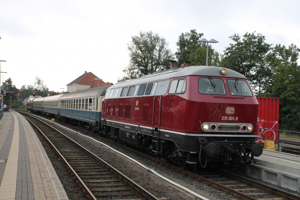 215 001 ist am 13.09.2015 mir ihrem Sonderzug im Bahnhof Korbach über die Burgwaldbahn angekommen.