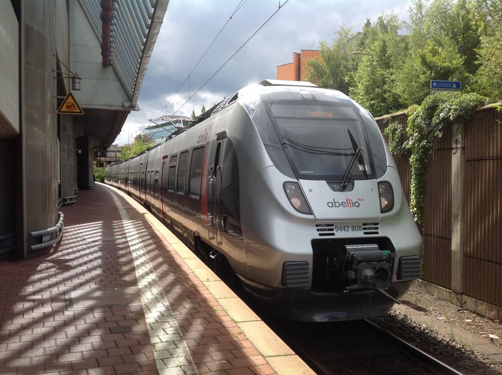 Ein TALENT 2 ist auf Probefahrt in Kassel-Wilhelmshöhe, die Abellio übernimmt ab dem Fahrplanwechsel 2015/2016 einige Nahverkehrsleistungen in Nordhessen. Aufgenommen am 04.09.2015.