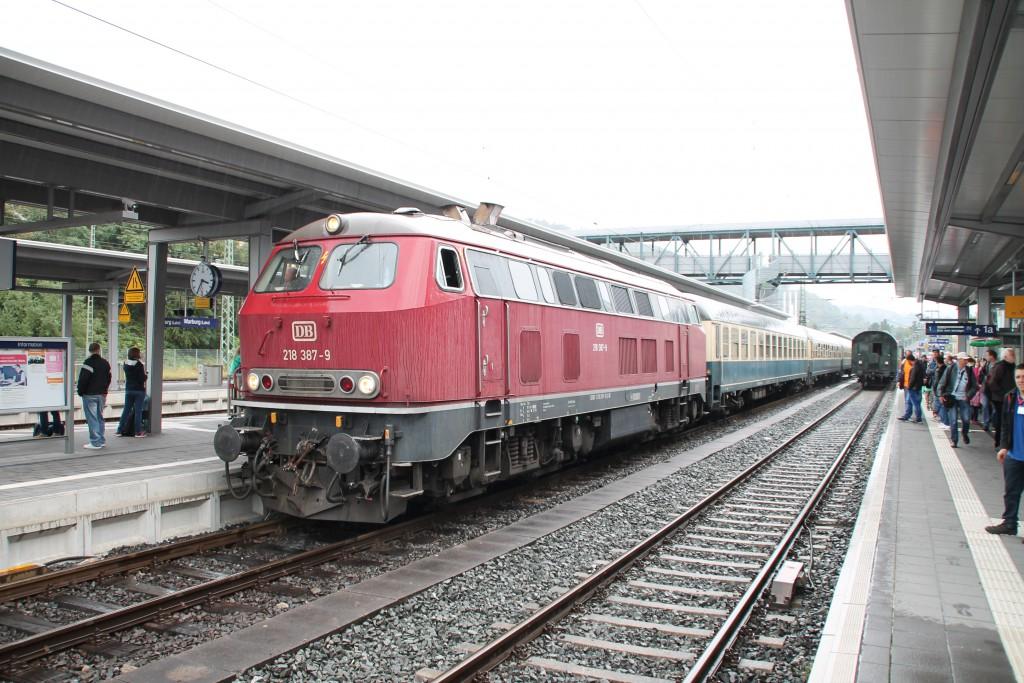 218 387 steht mit ihrem Sonderzug im Bahnhof Marburg zur Abfahrt nach Korbach am 13.09.2015 bereit.