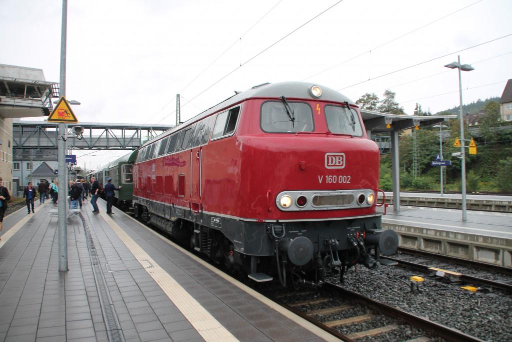 V160 002 kam am 13.09.2015 soeben mit ihrem Sonderzug im Bahnhof Marburg aus Frankenberg an.