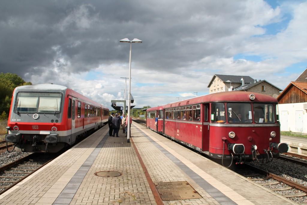 Zugkreuzung zwischen 628 601 und 798 829 in Monsheim auf der Pfälzer Nordbahn, aufgenommen am 19.09.2015.