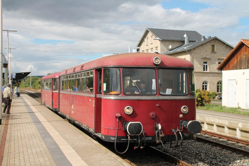 798 829 und 996 677 halten im Bahnhof Monsheim und haben gerade Kopf gemacht, aufgenommen am 19.09.2015.