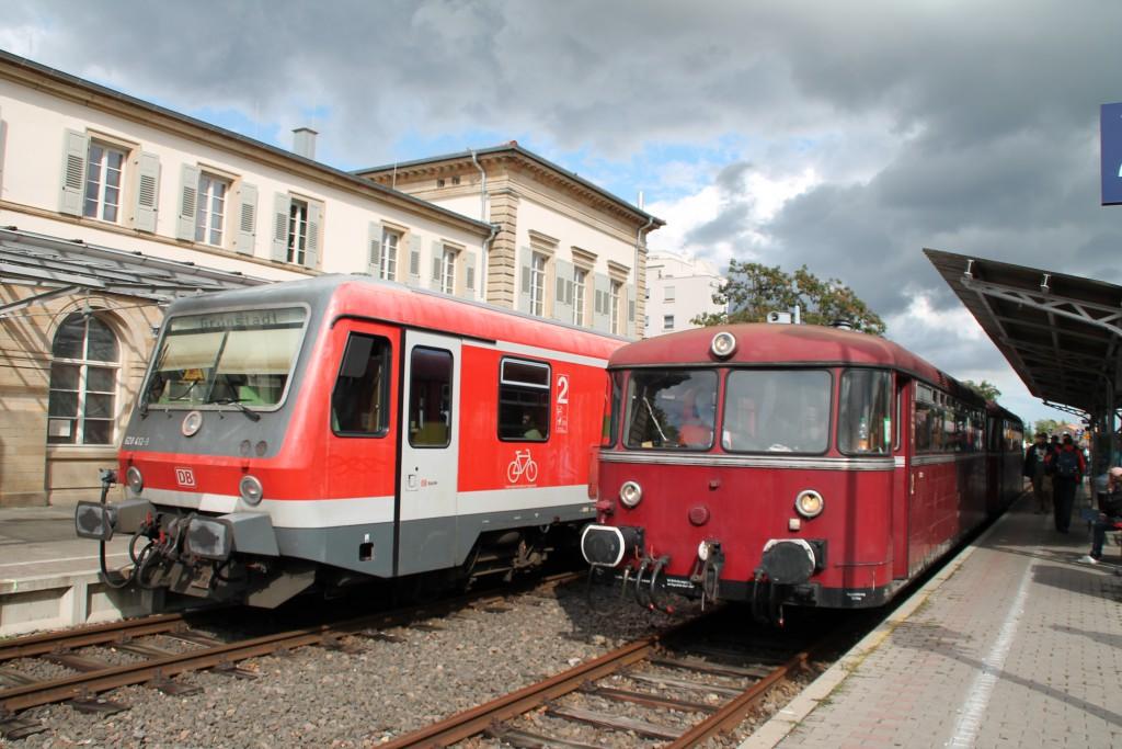 Generationentreffen, 628 412 und 798 829 treffen sich im Bahnhof Bad Dürkheim auf der Pfälzer Nordbahn, aufgenommen am 19.09.2015.