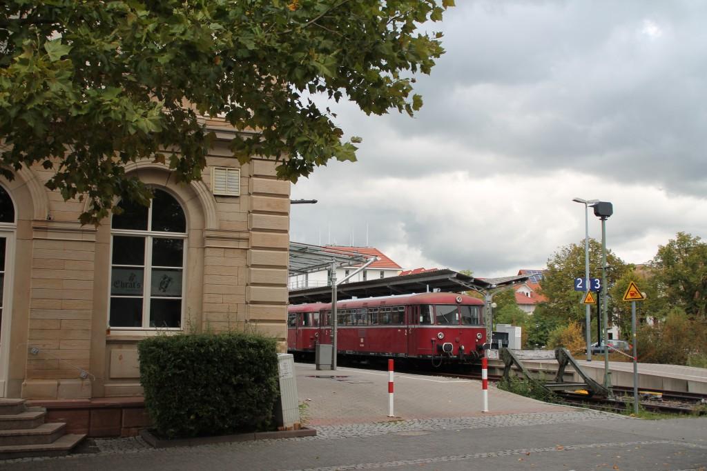 Vom Bahnhofsvorplatz in Bad Dürkheim lässt sich am 19.09.2015 798 829 und 996 677 erahnen.
