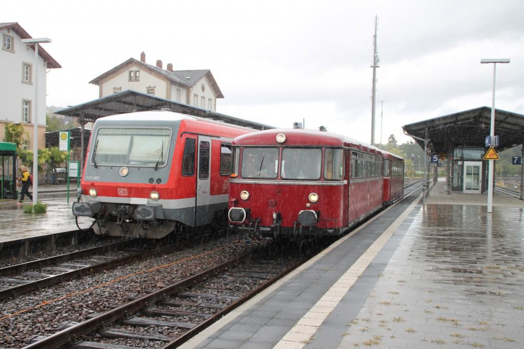 Bei strömenden Regen treffen sich 628 463 und 798 829 im Bahnhof Grünstadt auf der Pfälzer Nordbahn, aufgenommen am 19.09.2015.