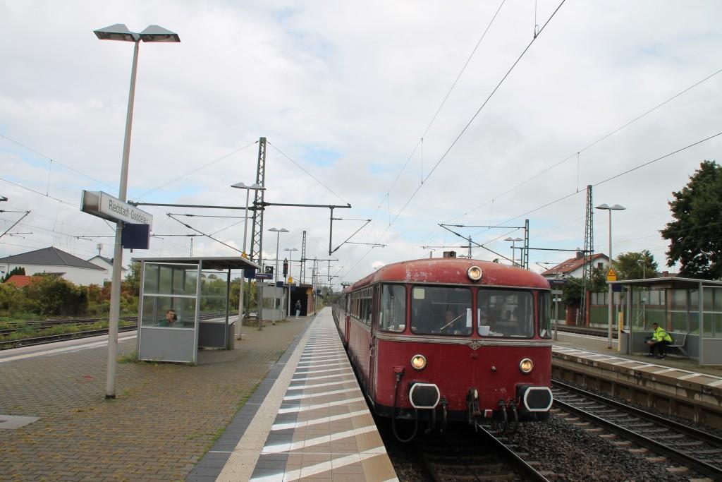 996 677 legt auf der Riedbahn einen Halt in Riedstadt-Goddelau ein, aufgenommen am 19.09.2015.