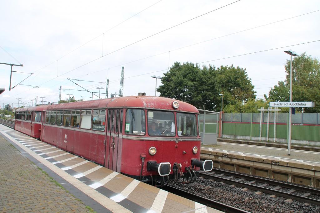 996 677 und 798 829 halten am 19.09.2015 in Riedstadt-Goddelau auf der Riedbahn.