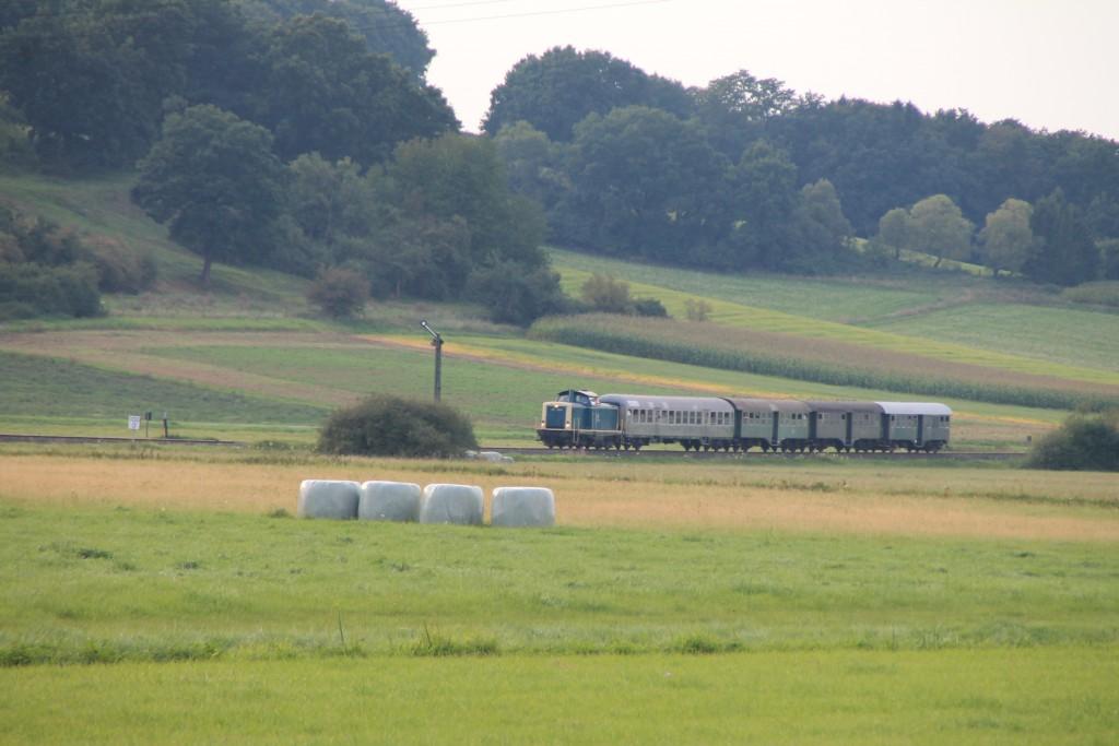 212 376 fährt soeben über die Burgwaldbahn in den Bahnhof Sarnau ein, aufgenommen am 12.09.2015.