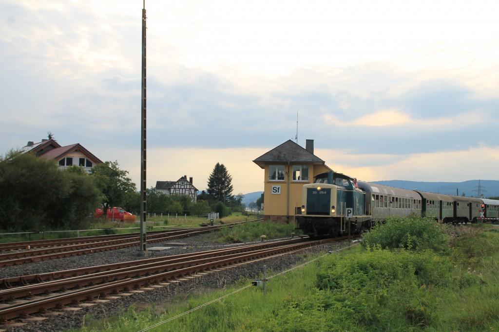 212 376 passiert am 12.09.2015 das Stellwerk Sf im Bahnhof Sarnau, aufgenommen am 12.09.2015.