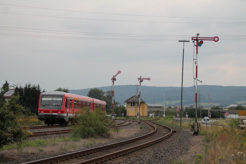 628 311 durchquert den Bahnhof Sarnau am 12.09.2015 über die obere Lahntalbahn in Richtung Erndtebrück.