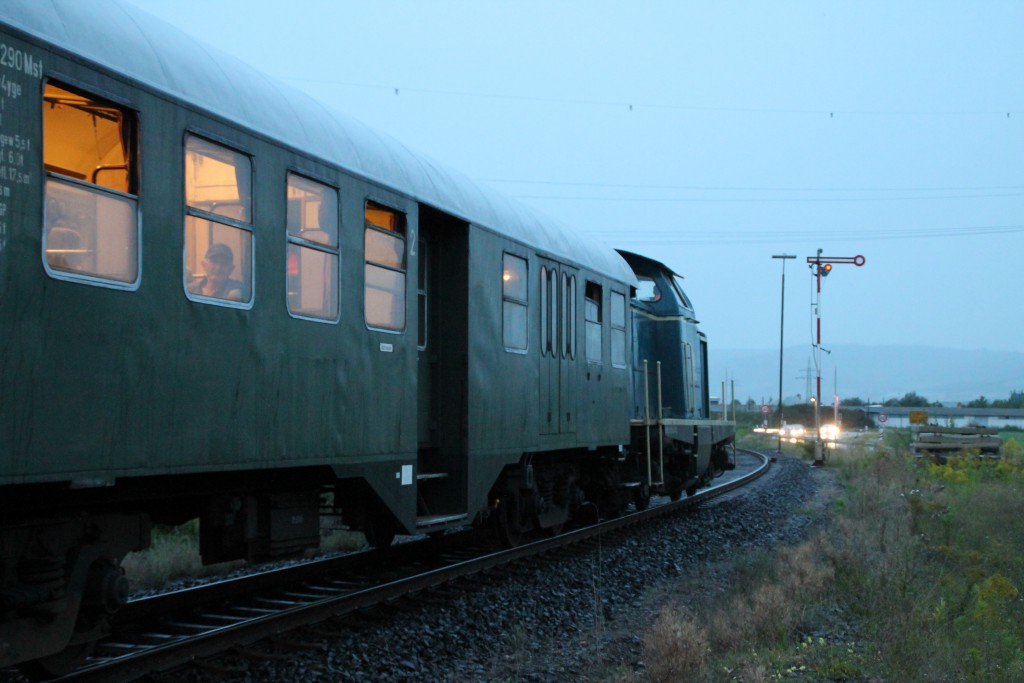 Am Abend des 12.09.2015 wartet 212 376 mit ihrem Sonderzug auf den Gegenzug von Frankenberg im Bahnhof Sarnau.