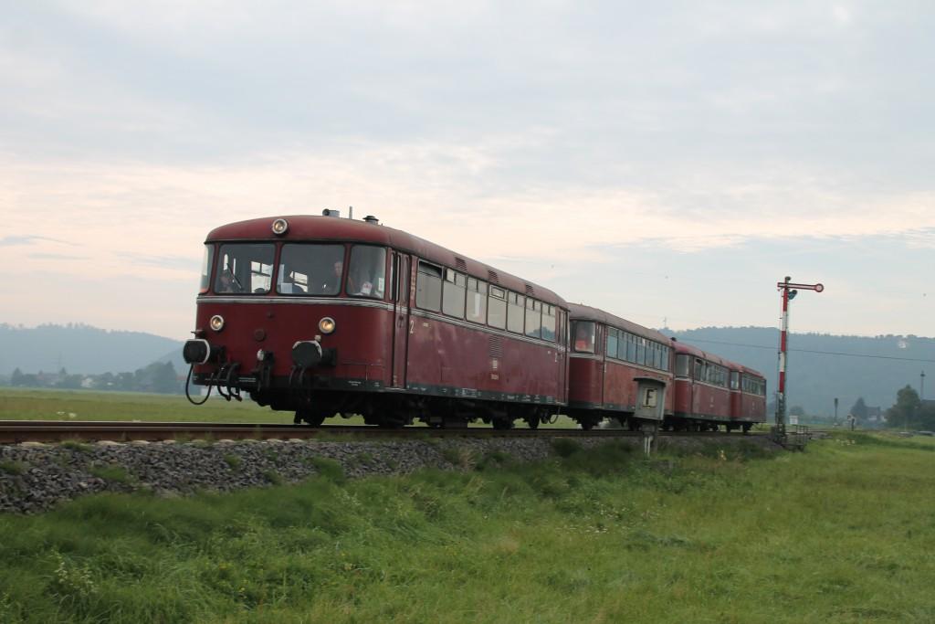 Eine Schienenbusgarnitur der OEF verlässt soeben den Bahnhof Sarnau in Richtung Frankenberg, aufgenommen am 12.09.2015.