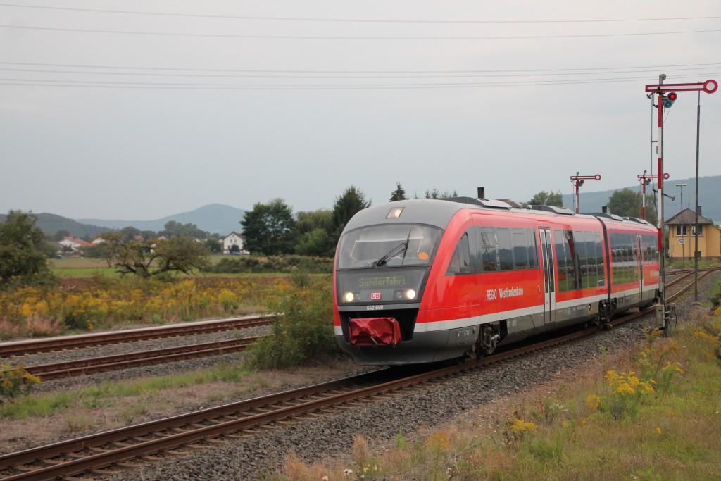 642 198 der Westfrankenbahn wurde am 12.09.2015 von Frankenberg zurück nach Franken überführt, hier durchquert er gerade den Bahnhof Sarnau.