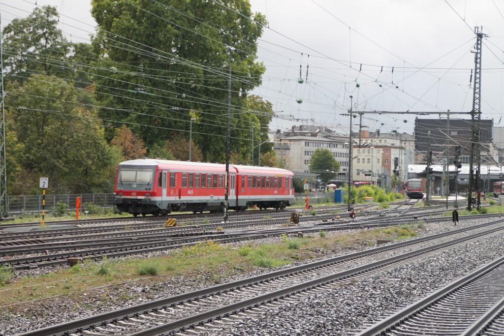 Nach einem Regenschauer erstrahlt ein abgestellter 628 im Bahnhof Worms, aufgenommen am 19.09.2015.
