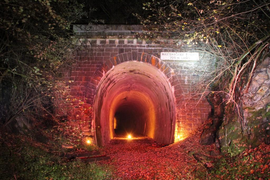 Mit einigen Lichtern erstrahle der Hartenroder Tunnel der stillgelegten Aar-Salzböde-Bahn in der Nacht vom 18.10.2015.