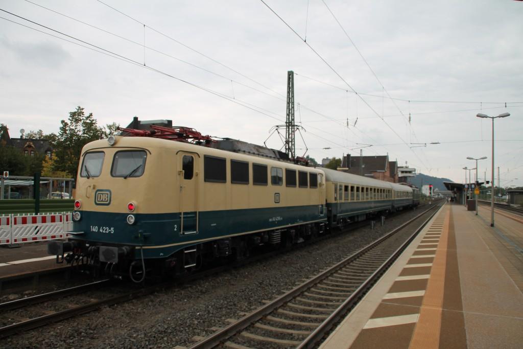 140 423 ist soeben mit ihrem Sonderzug aus Bebra in Bad Hersfeld angekommen, aufgenommen am 26.09.2015.