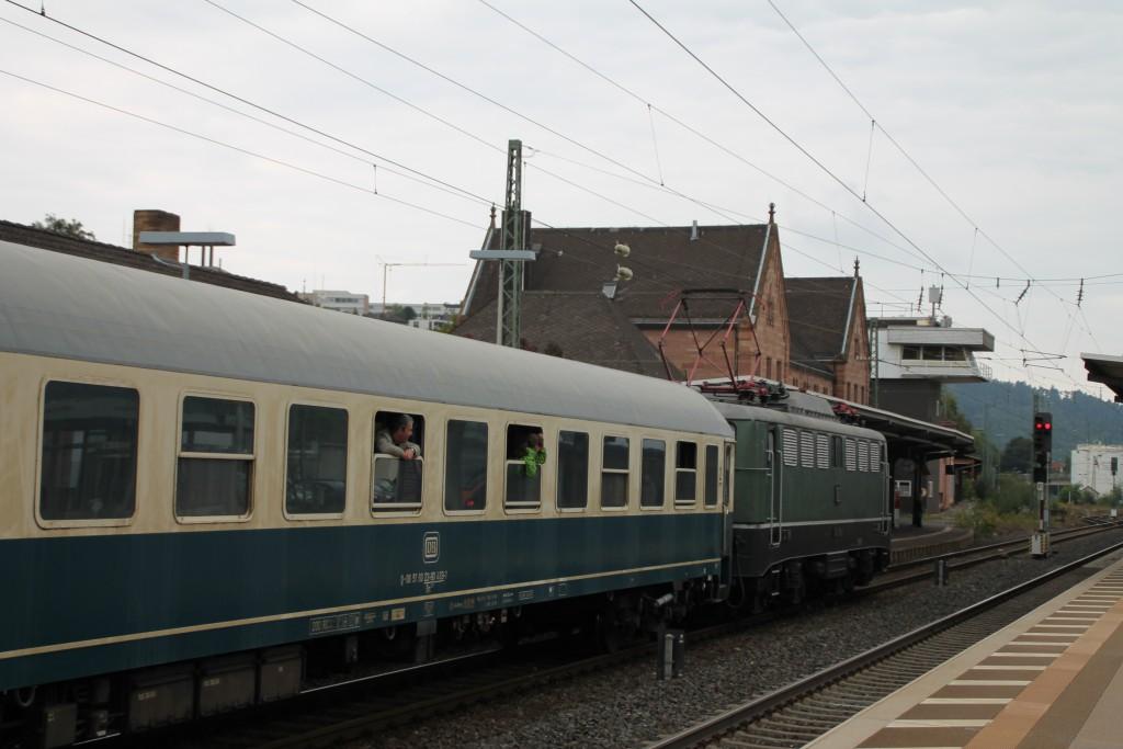 E40 128 des DB-Museum wartet am 26.09.2015 mit ihrem Sonderzug auf Ausfahrt im Bahnhof Bad Hersfeld.