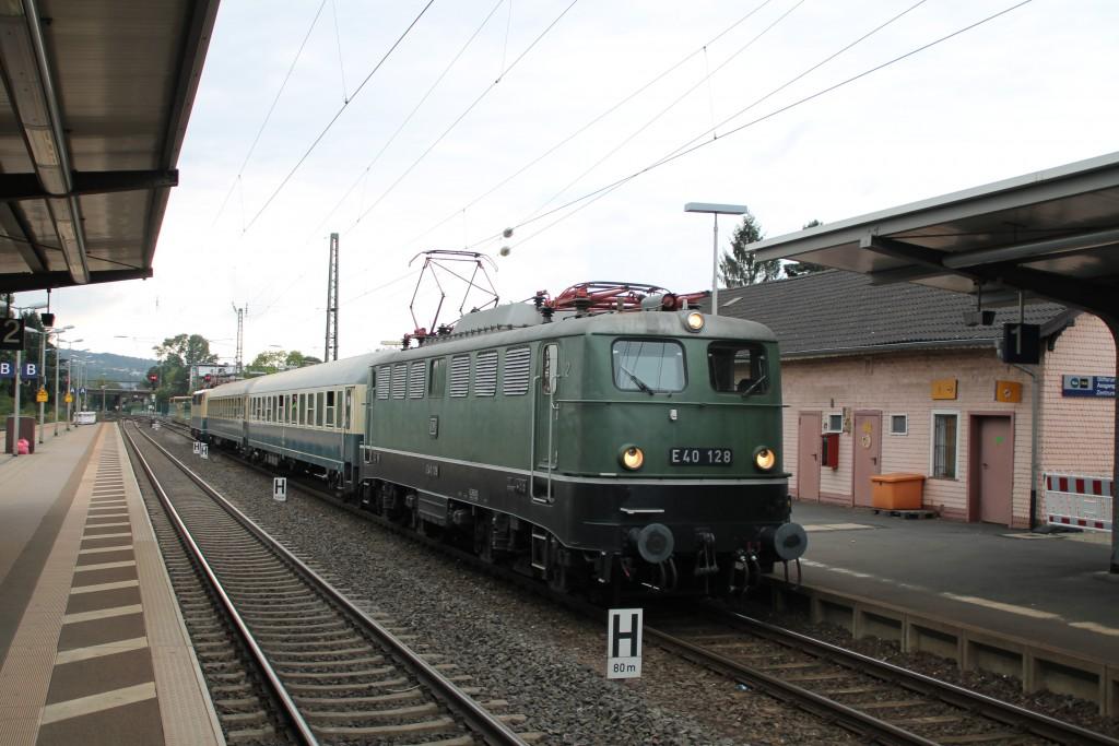Im Bahnhof Bad Hersfeld wartet am 26.09.2015 E40 128 mit ihrem Sonderzug nach Bebra.