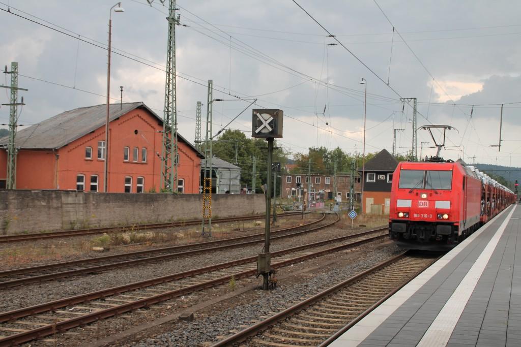 185 310 durchfährt am 29.09.2015 den Bahnhof Bebra mit einem Güterzug.