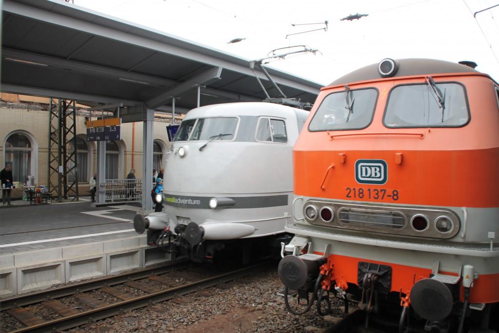 218 137 wurde am 26.09.2015 von 103 222 im Bahnhof Bebra überholt.